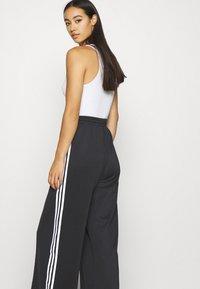 adidas Originals - RELAXED PANT  - Pantalon de survêtement - black - 4