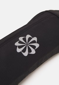 Nike Performance - CHALLENGER WAIST PACK SMALL UNISEX - Bæltetasker - black/silver - 5