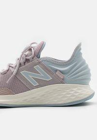 New Balance - ROAV - Neutrala löparskor - purple - 5