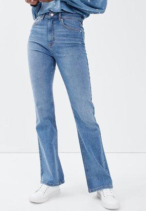 MIT HOHEM BUND - Jeans bootcut - denim double stone