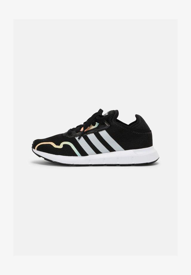 SWIFT RUN X J UNISEX - Sneakersy niskie - core black/grey one/hazy green