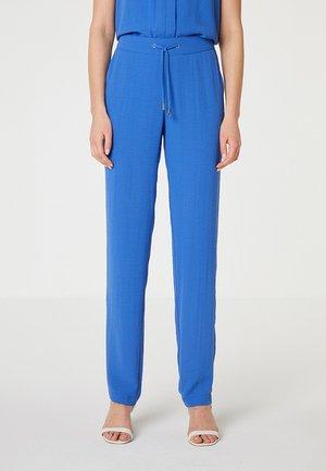 CON BOLSILLO FRANCÉS - Trousers - azul