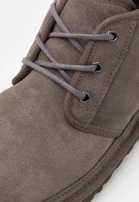 UGG - NEUMEL - Sznurowane obuwie sportowe - charcoal - 5