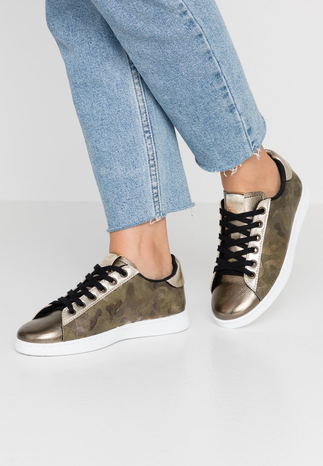 TENIS CAMUFLAJE METALIZA - Sneakersy niskie - kaki