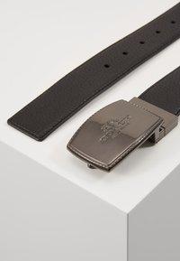 Coach - STITCHED PLAQUE BELT - Belt - black/mahogany - 1