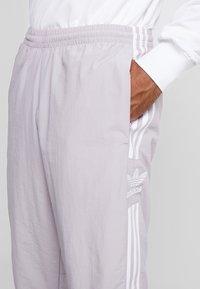 adidas Originals - LOCK UP - Spodnie treningowe - soft vision - 4