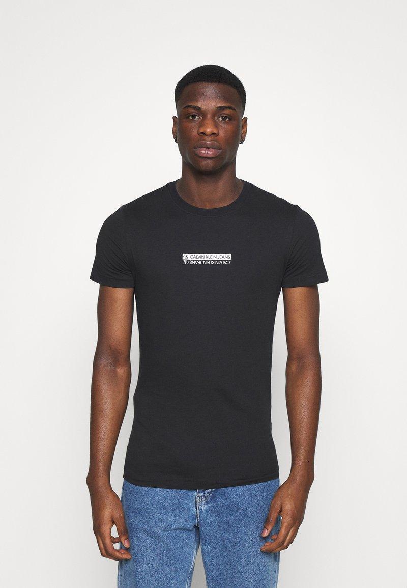 Calvin Klein Jeans - MIRROR LOGO SLIM FIT TEE - T-shirt z nadrukiem - black