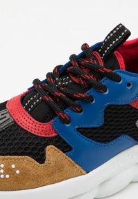 Versace - CHAIN REACTION UNISEX - Baskets basses - black/blue/red - 5