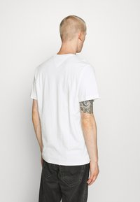 Tommy Jeans - CONTRAST POCKET TEE  - Print T-shirt - white - 2