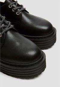 PULL&BEAR - MIT PLATEAUSOHLE - Šněrovací boty - black - 5