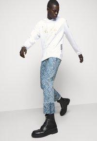 Versace Jeans Couture - FELPA - Sweat à capuche - white - 4