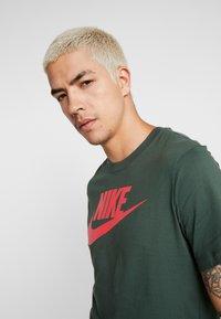 Nike Sportswear - TEE ICON FUTURA - Print T-shirt - galactic jade/ember glow - 3