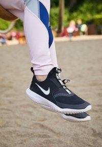 Nike Performance - FLEX RUNNER UNISEX - Juoksukenkä/neutraalit - black/white - 6