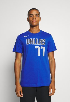 NBA DALLAS MAVERICKS LUKA DONCIC NAME & NUMBER TEE - Klubové oblečení - game royal