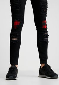 Brave Soul - VEGAS - Jeansy Skinny Fit - charcoal wash/red - 4