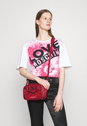 TOP HANDLE GRAFFITI CROSS BODY - Across body bag - red
