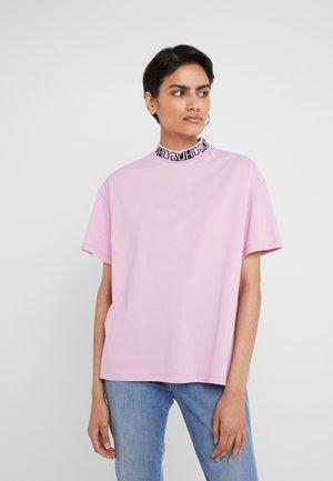 DORENE - T-shirt con stampa - light/pastel purple