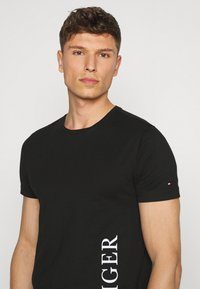 Tommy Hilfiger - SMALL LOGO TEE - T-shirt con stampa - black - 3