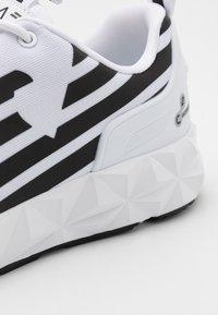 EA7 Emporio Armani - UNISEX - Sneakers basse - white/black - 5