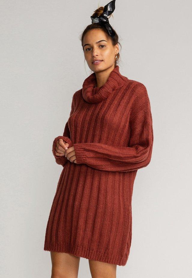 STAY RELAX - Gebreide jurk - chestnut