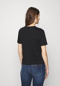 Calvin Klein Jeans - GRID LOGO TEE - T-shirt con stampa - black - 2