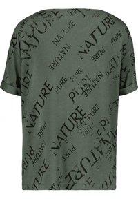Monari - MIT RUNDHALS UND ALLOVER-PRINT - Print T-shirt - pinie gemustert - 2