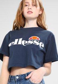 Ellesse - ALBERTA CROP  - T-shirts print - dress blues - 4