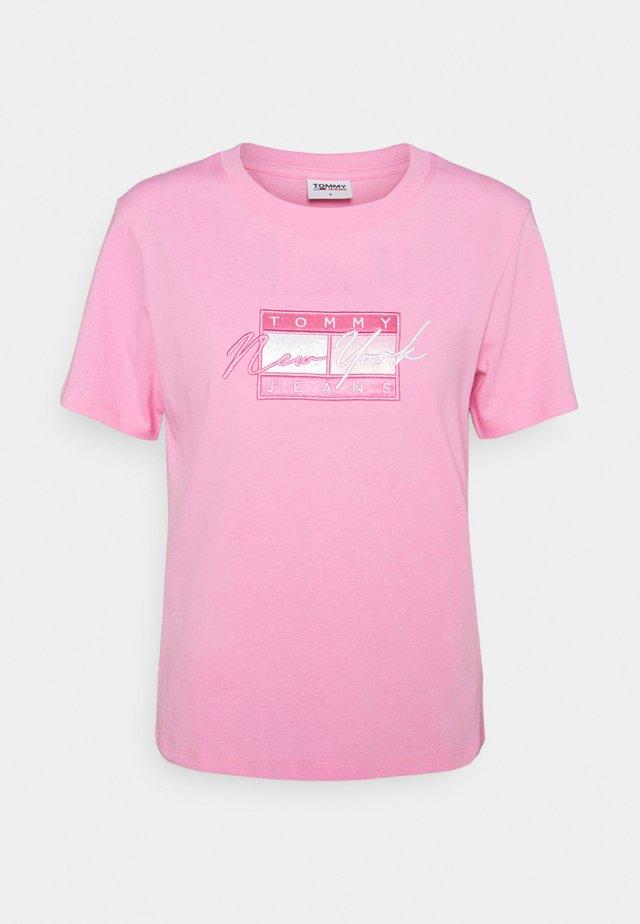 REGULAR EMBROIDERED FLAG TEE - Triko spotiskem - pink daisy