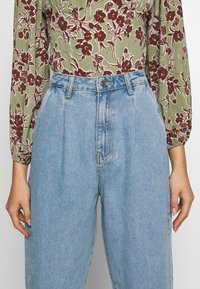 Missguided - SLOUCH HIGHWAISTED PLEAT DETAIL - Relaxed fit jeans - lightwash - 6