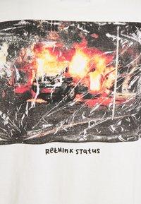 RETHINK Status - OVERSIZED UNISEX  - Print T-shirt - whisper white - 2