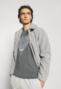 CLOSURE London - RIVAL TEE - T-shirt imprimé - anthrazit - 3