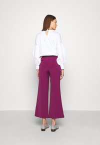 Victoria Victoria Beckham - CROPPED FLARED TROUSER - Trousers - raspberry jam - 2