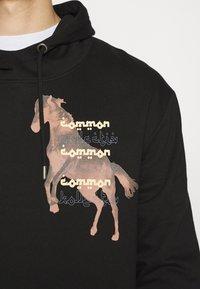 Common Kollectiv - HORSE HOOD UNISEX - Hoodie - washed black - 4