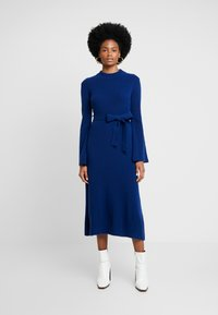 IVY & OAK - MIDI DRESS - Strikket kjole - blue iris - 0