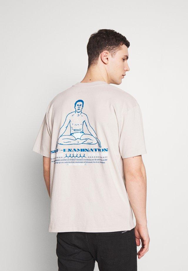 SELF EXAMINATION - T-shirt z nadrukiem - silver cloud