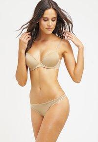 Calvin Klein Underwear - SEDUCTIVE COMFORT CUSTOMIZED LIFT - Sujetador push-up - dune - 1