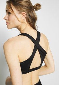 Cotton On Body - WORKOUT CUT OUT CROP - Light support sports bra - black - 5