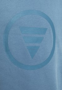 Curare Yogawear - ROUND NECK  CHEST PRINT - Sudadera - light blue - 2
