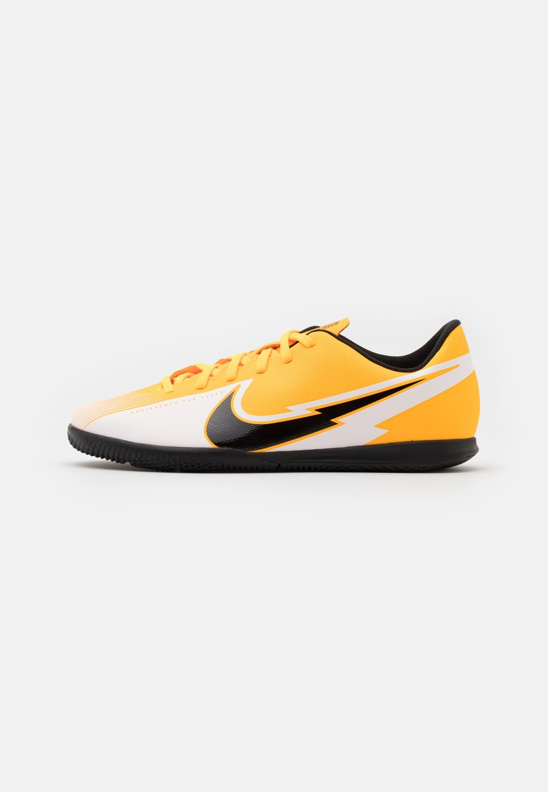 Nike Performance - MERCURIAL JR VAPOR 13 CLUB IC UNISEX - Fußballschuh Halle - laser orange/black/white