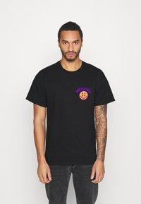 Mennace - UNISEX MENNACE TWISTED  - Print T-shirt - black - 2
