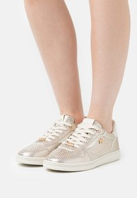 Mexx - GISELLE - Sneakers laag - gold - 0