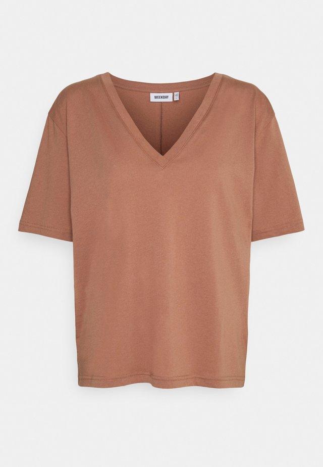 LAST V NECK - Jednoduché triko - brown