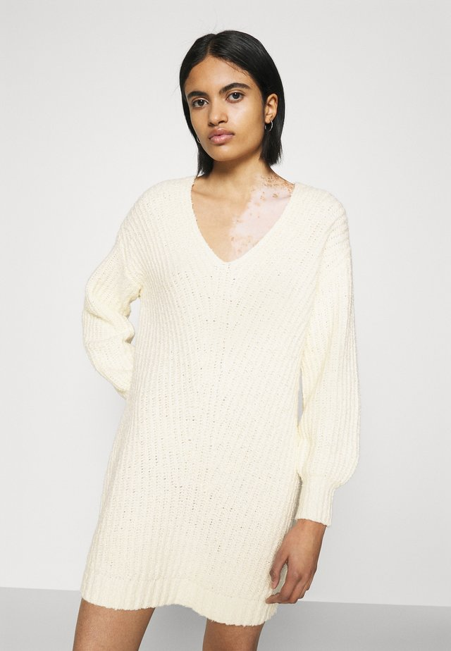 OPEN VEE HILO SWEATER DRESS - Pletené šaty - cream