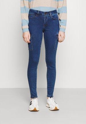NMLUCY UTILITY PANTS - Skinny džíny - medium blue denim