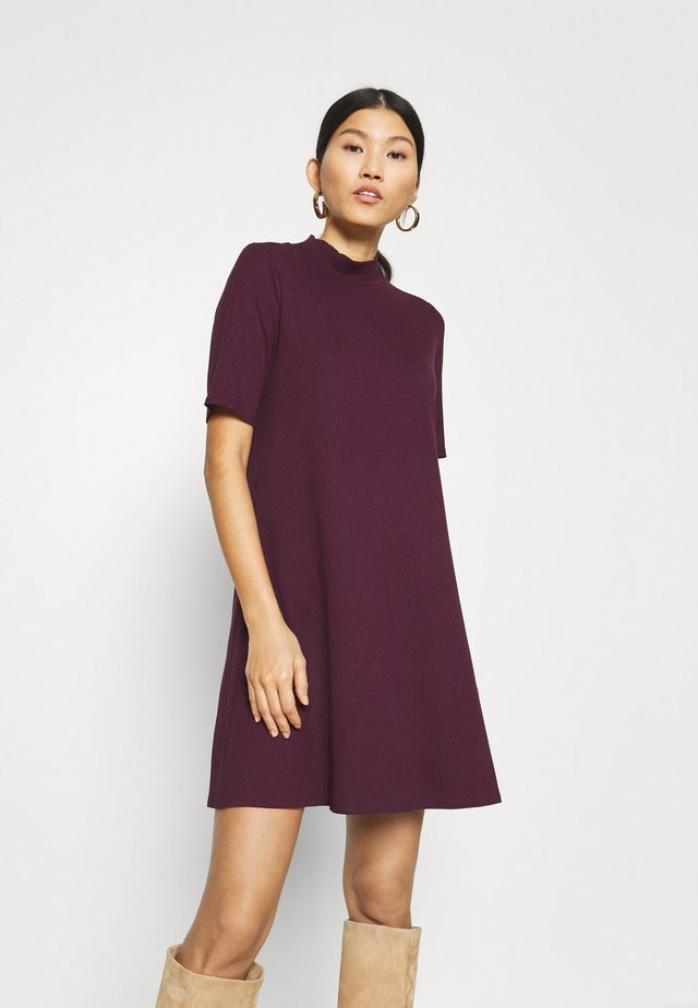 MOCK NECK DRESS - Strikket kjole - secret plum