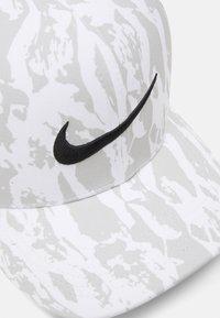 Nike Golf - Lippalakki - grey fog/black - 4
