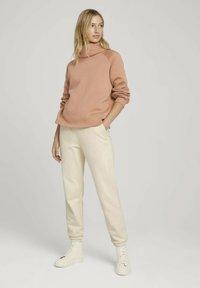 TOM TAILOR DENIM - MIT ROLLKRAGEN - Sweatshirt - clay rose - 1