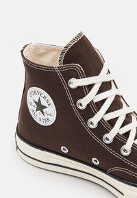 Converse - CHUCK 70 UNISEX - Höga sneakers - dark root/black/egret - 5