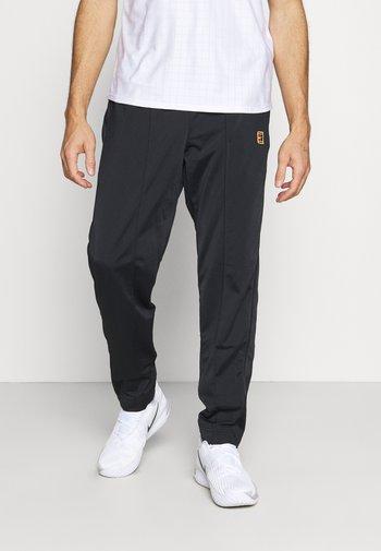HERITAGE SUIT PANT - Teplákové kalhoty - black