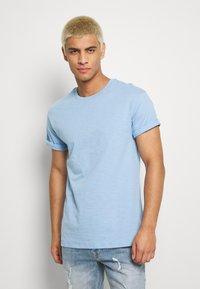 Topman - 5PACK - T-shirts basic - white/dark blue/blue - 5
